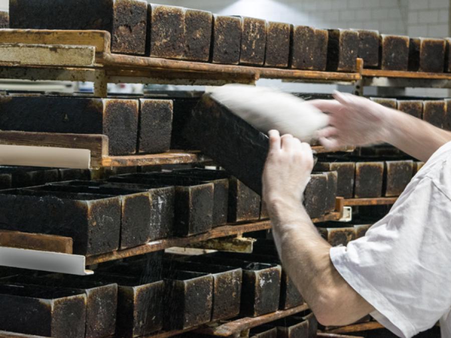 Brot wird in Kastenform gelegt