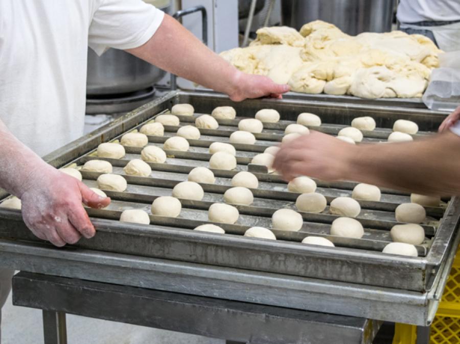 Pfannkuchen werden auf ein Blech gelegt