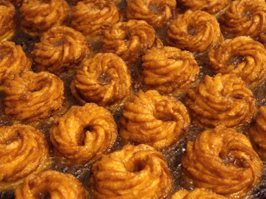 Spritzkuchen werden im Fett braun gebacken