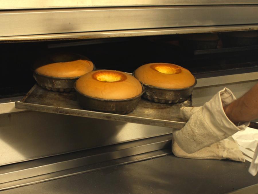 Kuchen wird aus dem Ofen geholt