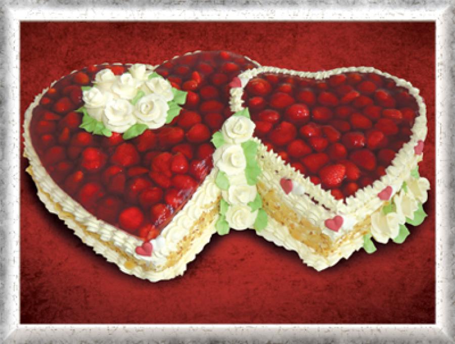 Hochzeitstorte Doppelherz, Creme, Erdbeeren