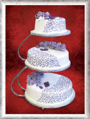 Hochzeitstorte, 3-stöckig, Fondant, Lila Cremerosen, Ornamente und Schmetterlinge