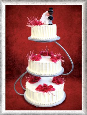 Hochzeitstorte, 3-stöckig, Creme, rosa-rote Rosen und Zuckerdeko