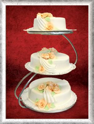 Hochzeitstorte. 3-stöckig, Fondant, orange Rosen