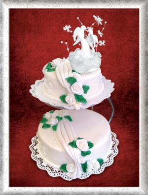 Hochzeitstorte, Fondant, weiße Rosen, grüne Blätter