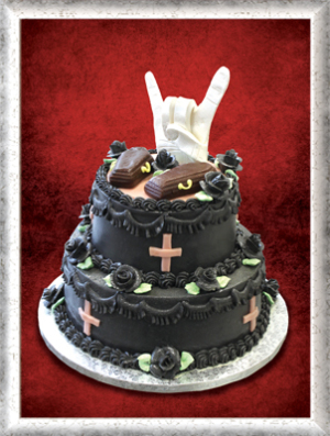 Hocchzeitstorte, schwarze Creme, schwarze Rosen, Särge und Heavy Metal-Hand aus Zucker als Deko
