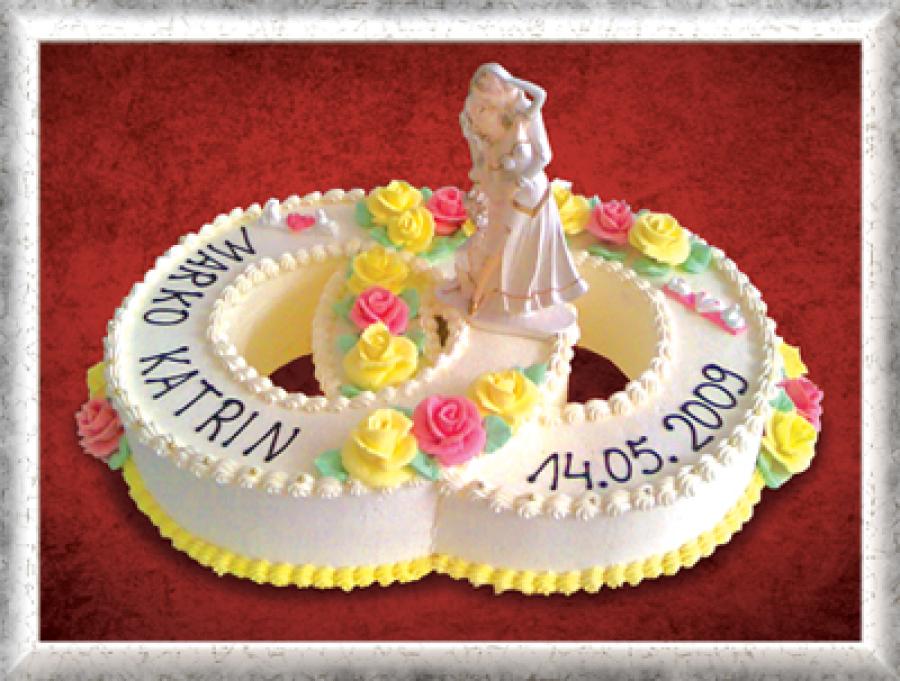 Hochzeitstorte, Ehering-Form, Creme, rosa-gelbe Cremerosen